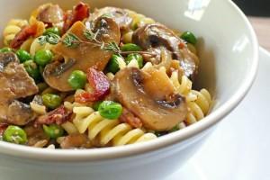 receita-massa-bacon-cogumelos-ervilhas