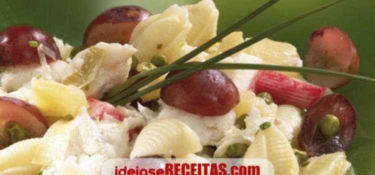 Salada do mar com frutas e massa