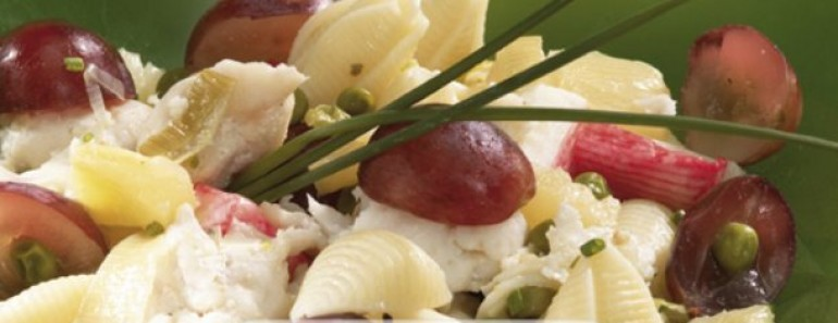 Salada do mar com frutas e massa