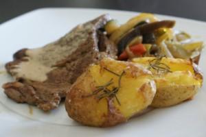 Bifes em molho com batatas embrulhadas