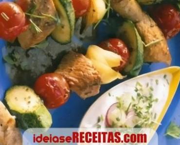 espetadas-legumes-carnes-molho-iogurte