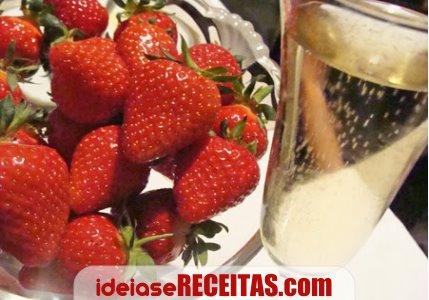 champanhe morangos Receitas para um jantar romântico e afrodisíaco