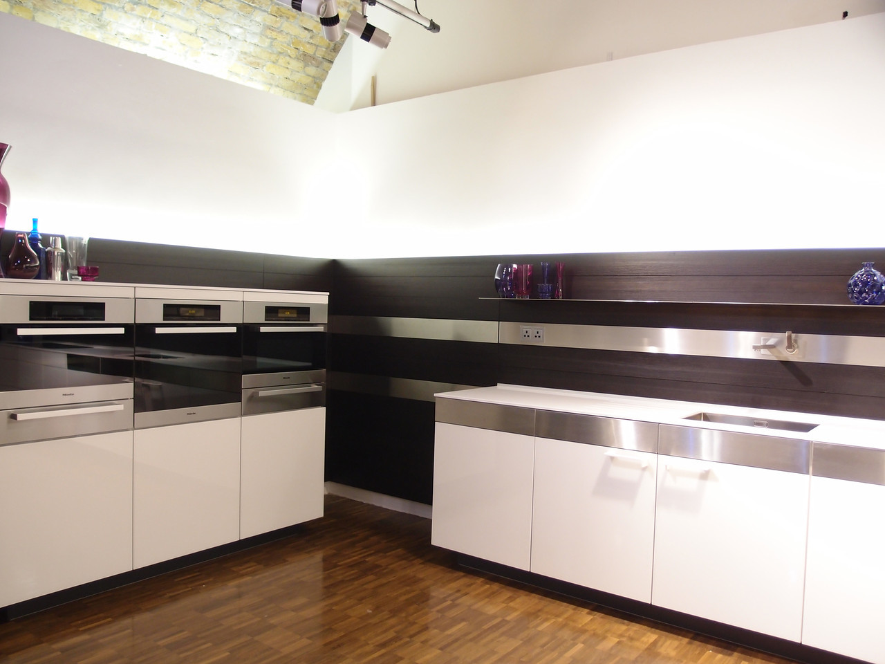 retro-poggenpohl-kitchen-in-sleek-glossy-cabinetry