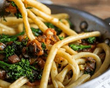 Fusili fresco com molho rústico de tomates, pancetta e brócolis
