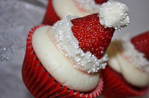 Strawberry-Santa-Hat-Christmas-Cupcakes (3)