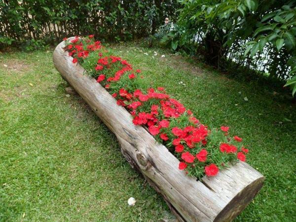 Decorar o jardim com um tronco