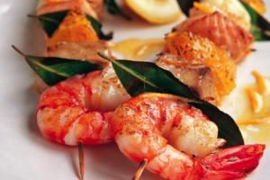 espetadas de salmão camarão e tamboril