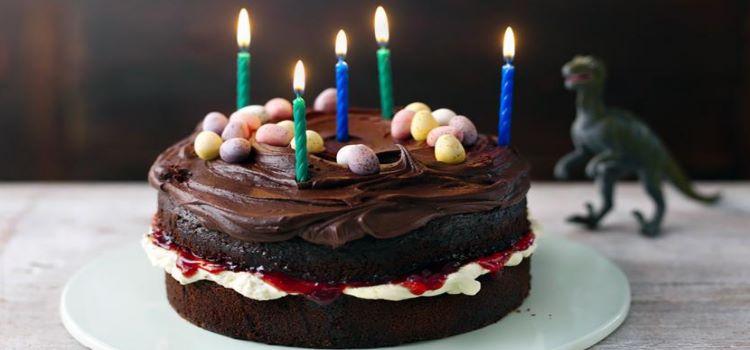bolo de aniversario de chocolate